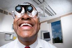 Dentista che indossa le lenti di ingrandimento binoculari dentarie Immagine Stock