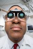 Dentista che indossa le lenti di ingrandimento binoculari dentarie Fotografia Stock