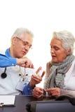 Dentista che mostra le stampe dentali Fotografia Stock