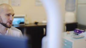 Dentista che parla con paziente video d archivio