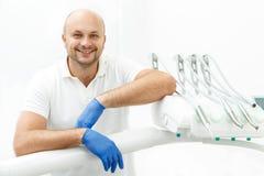 Dentista che si appoggia il vassoio di strumenti dentari Immagini Stock