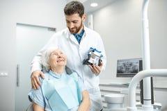 Dentista com a mulher mais idosa no escritório dental fotografia de stock