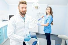 Dentista com o assistente no escritório dental foto de stock royalty free