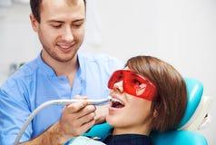 Dentista com paciente Fotografia de Stock Royalty Free