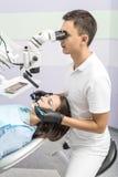 Dentista con il paziente in clinica immagine stock