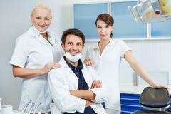 Dentista con il suo gruppo dentario Fotografia Stock Libera da Diritti