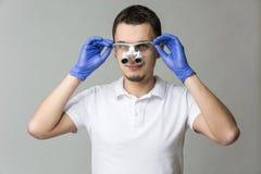 Dentista con las lupas binoculares Fotos de archivo libres de regalías