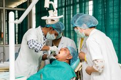 Dentista con los miembros de equipo en el trabajo fotografía de archivo