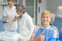 Dentista da cirurgia dental do controle dos dentes do adolescente fotografia de stock royalty free
