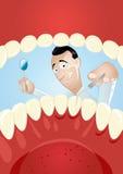 Dentista de la historieta dentro de la boca Fotos de archivo libres de regalías