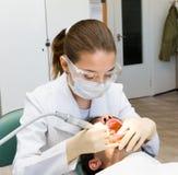 Dentista de la mujer Foto de archivo libre de regalías