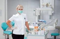 Dentista de la mujer en el trabajo foto de archivo libre de regalías
