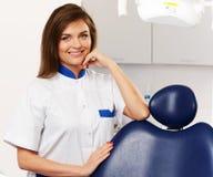 Dentista de la mujer en la cirugía del dentista Foto de archivo libre de regalías