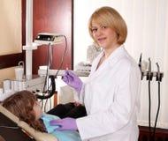 Dentista de sexo femenino Foto de archivo libre de regalías