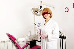 Dentista de sexo femenino con el equipo Fotos de archivo