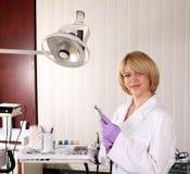 Dentista de sexo femenino con el perforador Fotografía de archivo libre de regalías
