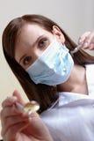 Dentista de sexo femenino con las herramientas Foto de archivo libre de regalías