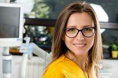 Dentista de sexo femenino With Tools Foto de archivo libre de regalías
