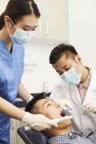 Dentista de sexo masculino Examining Male Patient Fotografía de archivo libre de regalías