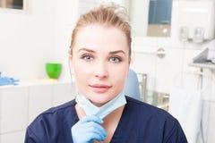 Dentista de sorriso da mulher no close-up que guarda a máscara dental imagens de stock royalty free
