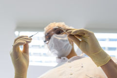 Dentista del hombre joven en guantes de la protección y una máscara Foto de archivo libre de regalías