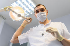 Dentista del hombre joven en guantes de la protección y una máscara Fotos de archivo libres de regalías