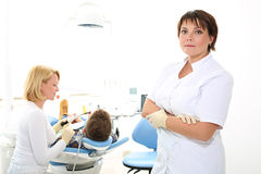 Dentista della donna nell'ufficio dentario Immagini Stock Libere da Diritti