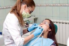 Dentista della donna sul lavoro con il paziente Fotografia Stock Libera da Diritti