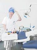Dentista della sig.na in clinica Immagini Stock Libere da Diritti