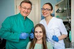 Dentista di medico che esamina i denti di un paziente Clinica dentale fotografia stock