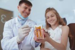 Dentista di visita della bella ragazza immagine stock libera da diritti