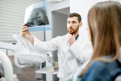 Dentista durante a consulta dental com mulher fotos de stock royalty free