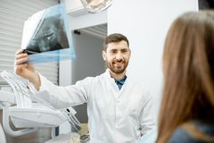 Dentista durante a consulta dental com mulher foto de stock