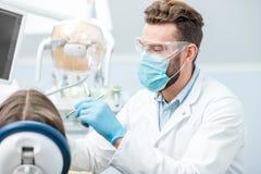 Dentista durante la cirugía foto de archivo