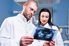 Dentista e assistente na clínica imagem de stock royalty free