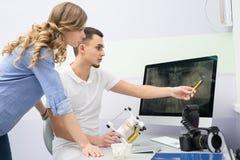 Dentista e paziente Immagini Stock Libere da Diritti