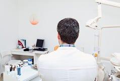 Dentista em uma clínica dental O trabalho do dentista Fotos de Stock