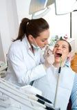 Dentista en el trabajo imagen de archivo