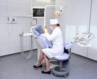 Dentista en el trabajo Foto de archivo