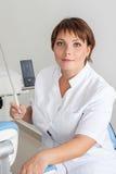 Dentista en el trabajo de sexo femenino Imagen de archivo libre de regalías