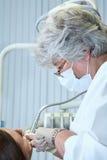 Dentista en el trabajo en sitio dental Imágenes de archivo libres de regalías
