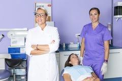 Dentista en la clínica dental fotografía de archivo libre de regalías