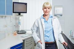 Dentista en su práctica dental Imagenes de archivo