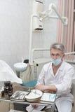 Dentista en un lugar de trabajo Fotos de archivo