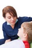 Dentista fêmea afetivo com paciente da criança foto de stock