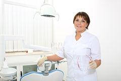 Dentista fêmea no escritório dental Imagem de Stock