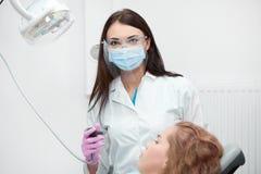Dentista fêmea profissional no trabalho fotografia de stock