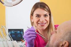 Dentista femminile Examining Patient fotografia stock libera da diritti