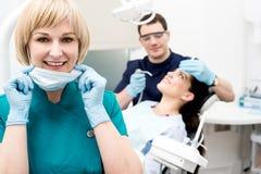 Dentista Holding Dental Tools Fotografía de archivo libre de regalías