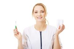 Dentista joven con el modelo del cepillo de dientes y del diente Imagen de archivo libre de regalías
